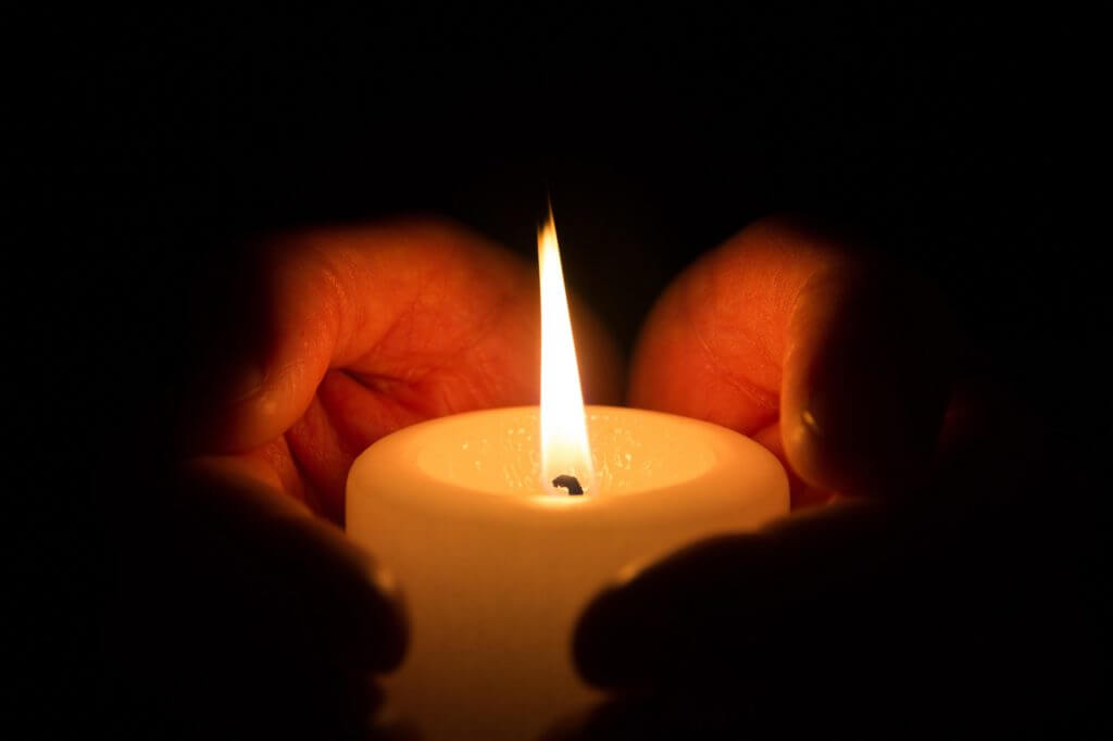 Hände halten Kerze